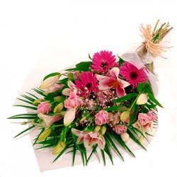 Ανθοδεσμη με τριανταφυλλα λιλιουμ ζερμπερες