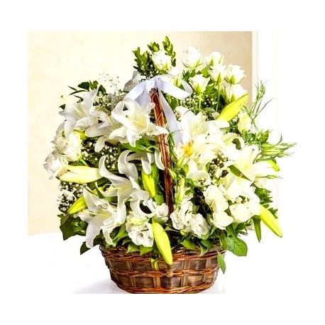 Καλαθι με λευκα τριανταφυλλα και λιλιουμ