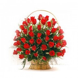 Καλαθι με κοκκινα τριανταφυλα και πρασιναδες