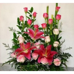 Καλάθι με λιλιουμ και τριαντάφυλλα - Τιμη ανθοπωλειου Πατρας