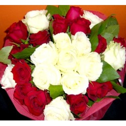 Λευκά και κόκκινα τριαντάφυλλα μπουκετο - Τιμη ανθοπωλειου Πατρας