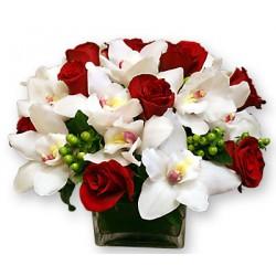 Ορχιδέες τριανταφυλλα σε γυάλινη βαση - Τιμη ανθοπωλειου Πατρας