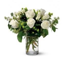 Σύνθεση σε γυάλα με λευκα τριαντάφυλλα - Τιμη ανθοπωλειου Πατρας