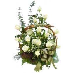 Καλαθι με λευκα τριανταφυλλα