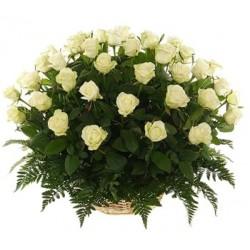 Καλαθι με 35 ασπρα τριανταφυλλα